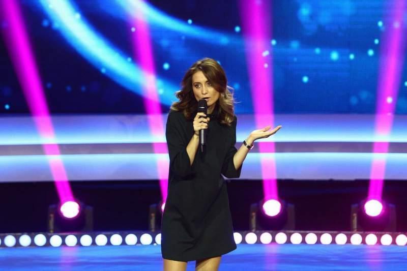 """Deşi au existat zvonuri că trăieşte o poveste de dragoste cu Bendeac, Ana Maria Calița, câștigătoarea celui de-al patrulea sezon """"iUmor"""", l-a prezentat tuturor pe IUBITUL ei"""