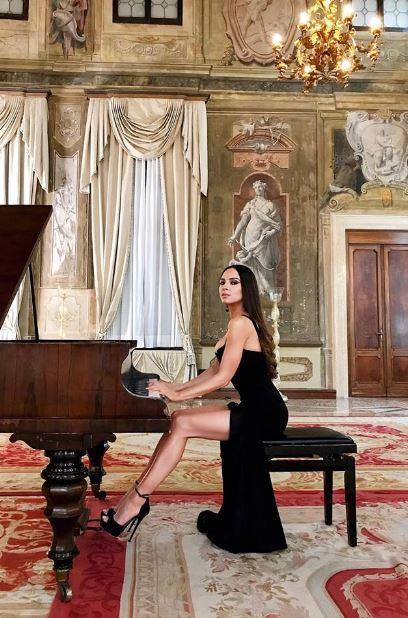 Cea mai sexy pianistă a zilelor noastre face ravagii pe Facebook! Talentată și apetisantă, asa i-a innebunit pe oameni