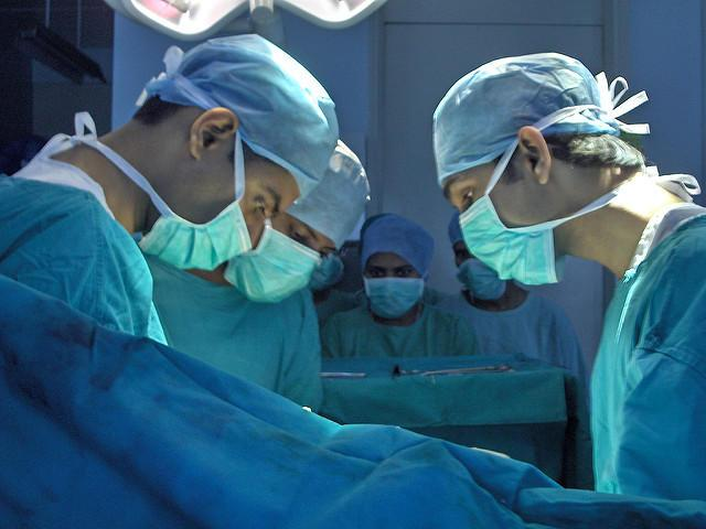 De ce medicii poartă halate verzi sau albastre, mai ales dacă intră în sala de operații! Răspunsul te va uimi!