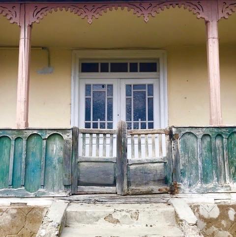 """PREMIERA """"IE, ROMÂNIE"""". Caravana a poposit în Muntenia. Mircea Radu: """"M-au impresionat frumusețea caselor vechi și pustii, care așteptau să intre în pământ"""""""