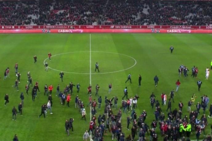 INCIDENTE INCREDIBILE în fotbalul european al anului 2018! Bătăi între jucători și suporteri, amenințări cu moartea, patroni înarmați pe teren, meciuri suspendate