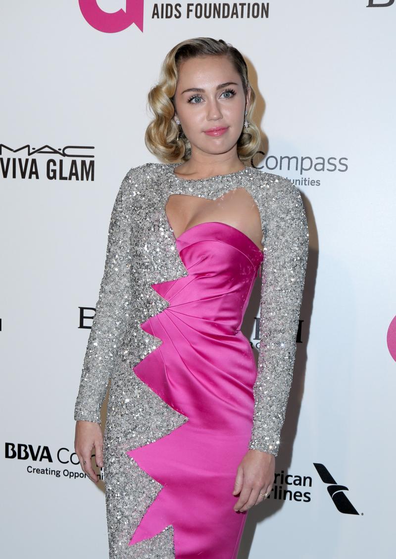 """FOTO. Fanii lui Miley Cyrus au luat-o razna! Ţinuta care a dat-o de gol pe cântăreaţă: """"Da, este însărcinată!"""""""