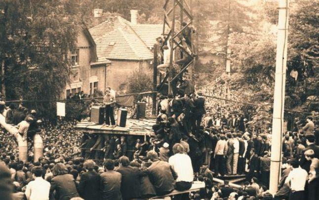 """FOTO! Cum era să fie linșat Ceaușescu de către mineri. """"Un zdrahon a lovit cu pumnul în Dacia neagră și a îndoit capota. Nimeni din suită n-a mai înaintat!"""""""