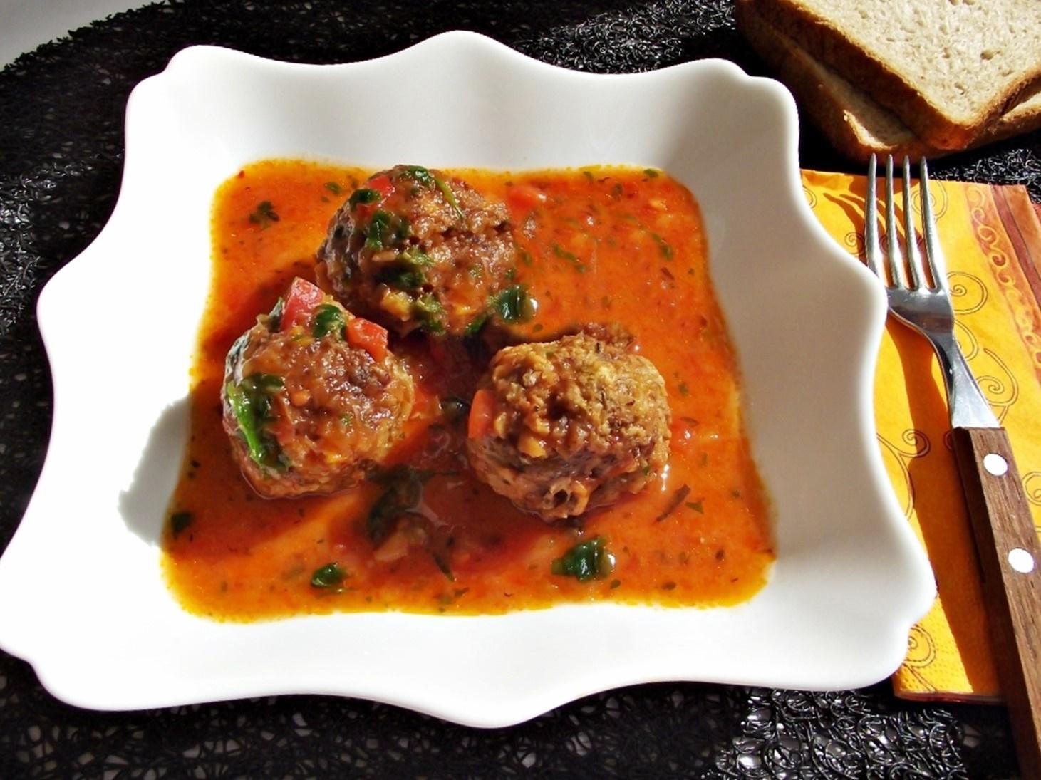 Chifteluțe în sos de roșii cu busuioc și usturoi. Un preparat gustos și aromat, perfect lângă orice garnitură!