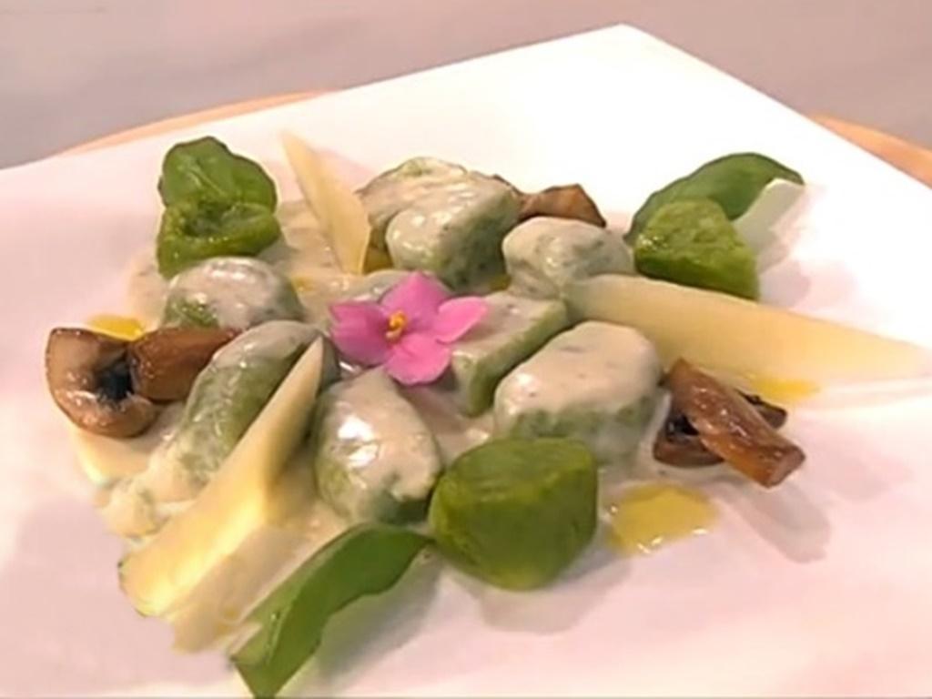 Rețetă savuroasă de gnocchi din spanac cu sos alb și ciuperci, pe care ar trebui măcar odată s-o încerci!
