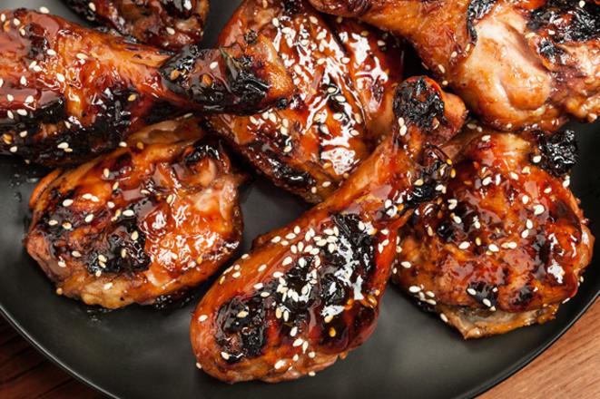 Mănânci și plângi! Cum se face cea mai bună rețetă de pulpe sau ciocănele la cuptor, cu sos barbeque!