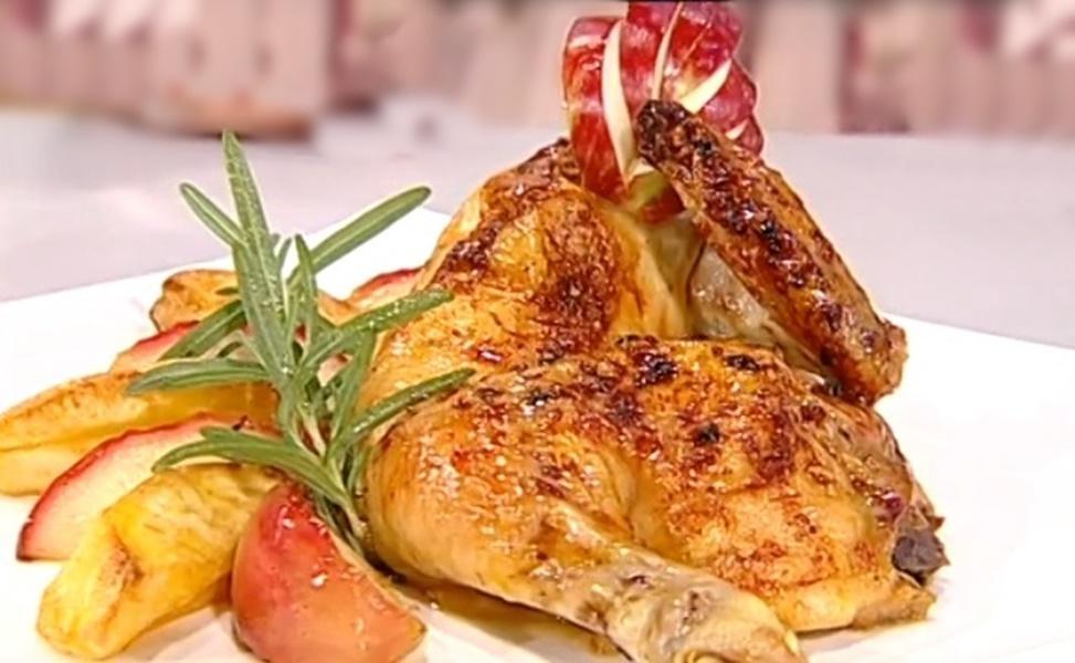 Pui în crustă dulce-picantă, cu garnitură de cartofi și mere caramelizate. Un preparat ce va fi foarte apreciat!