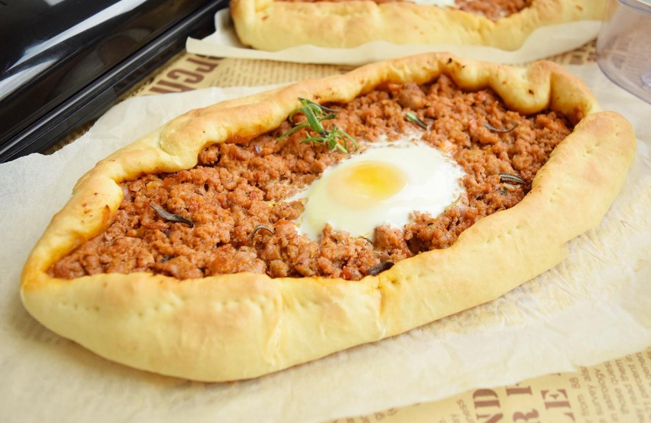O altfel de pizza. Pizza turcească sau Lahmacun, cu carne tocată și gust tare bun.