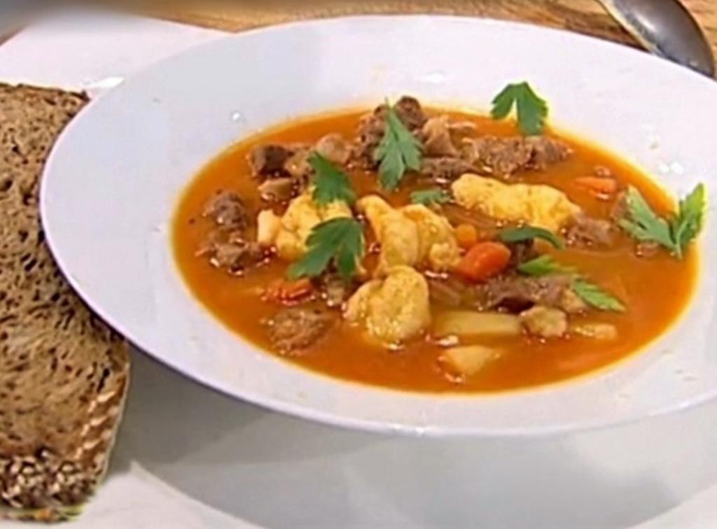 Inspirată din bucătăria ungurească, o ciorbă gulaș din carne de vițel cu găluște, gustoasă și sățioasă