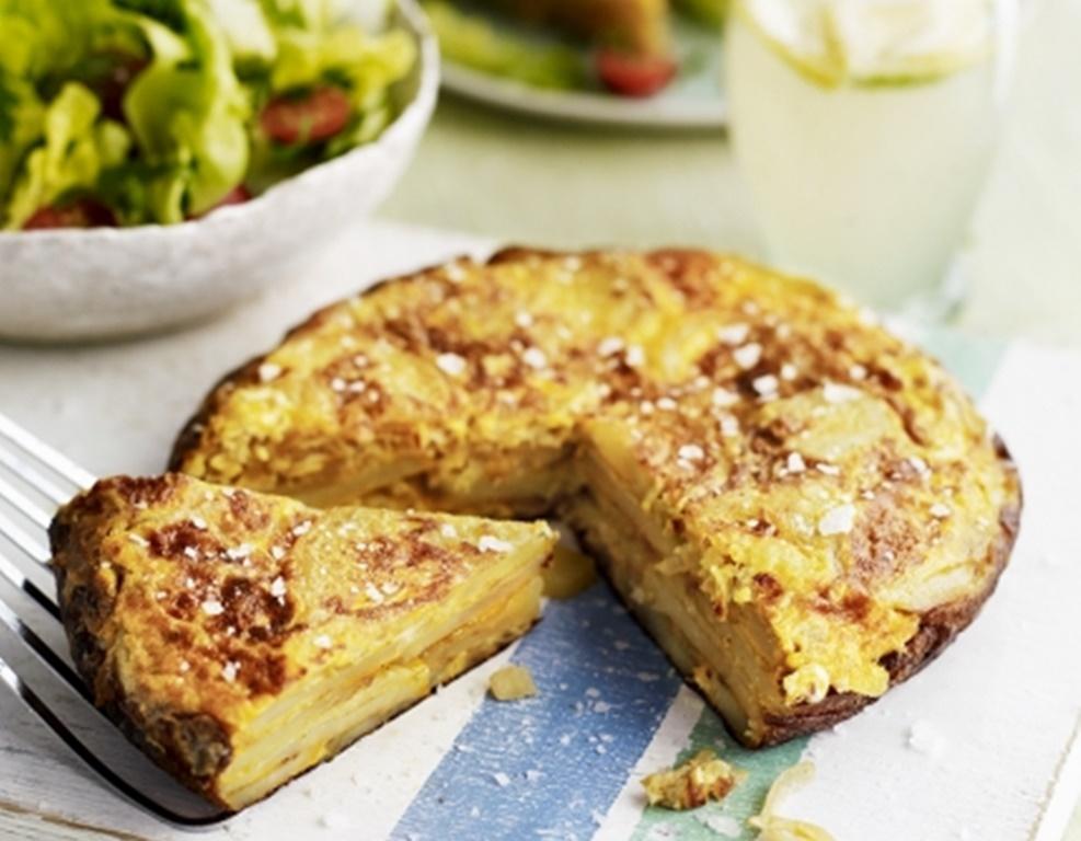 Tortilla sau omletă spaniolă cu cartofi. Rețeta clasică, simpă și gustoasă, pe care n-ai cum s-o ratezi.