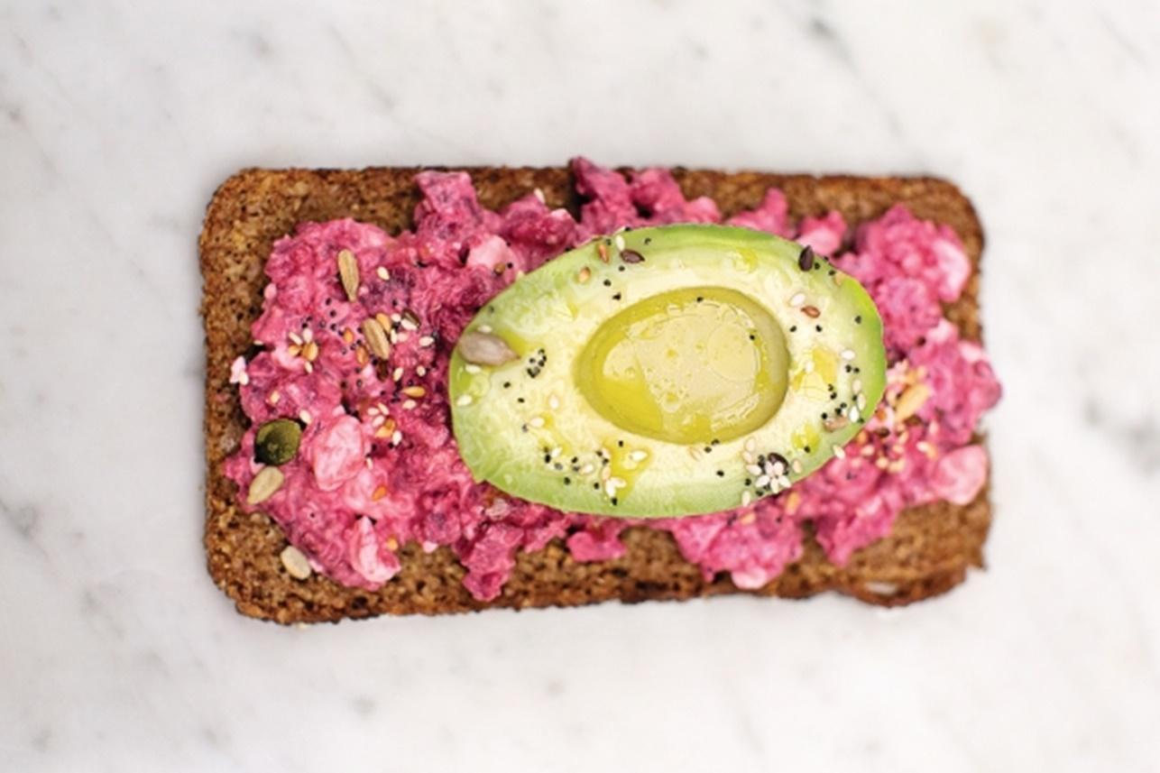 Iată ce mai poți servi la mic dejun, sau, de ce nu, ca gustare printre mese! Avocado cu sfeclă roșie și brânză, pe pâine cu secară.