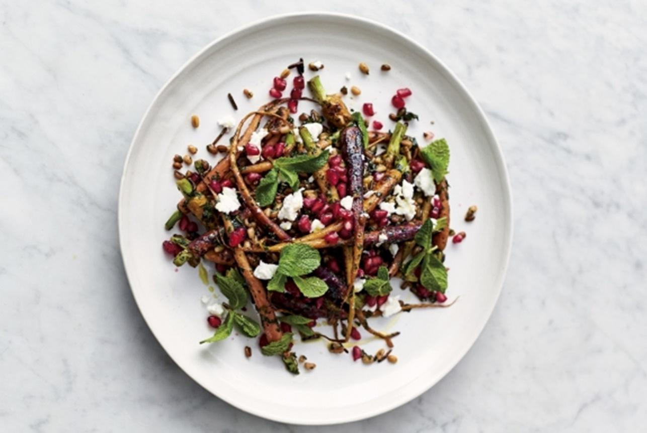 Salată de morcovi cu cereale, asezonată cu un delicios dressing din mentă și rodie, pentru porția de sănătate zilnică.