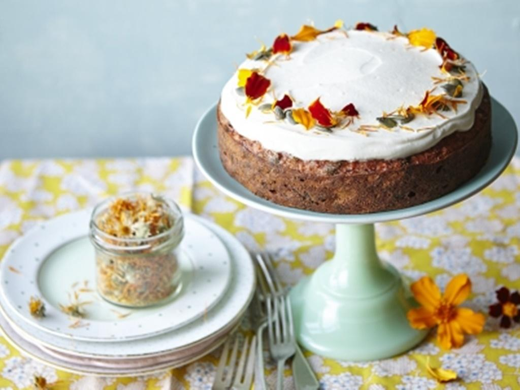 Surprinde-i pe cei dragi cu un tort deosebit, altfel decât un tort obișnuit! Tort din caise cu legume rădăcinoase și cremă de iaurt cu miere.