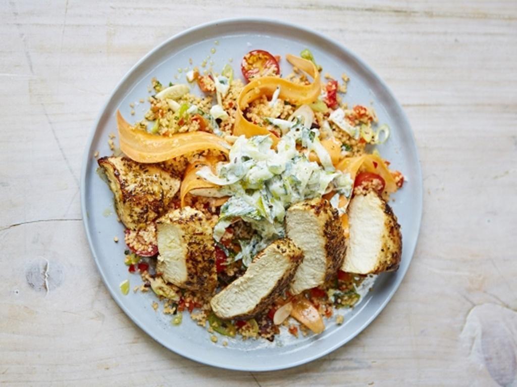Salată de couscous cu legume proaspete și piept de pui, în stil grecesc. O sursă excelentă de proteine, pentru aportul energetic necesar organismului!
