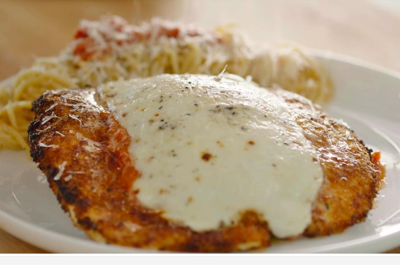 Piept de pui în crustă de parmezan, gratinat cu mozzarella. O rețetă de vedetă by Gordon Ramsay!