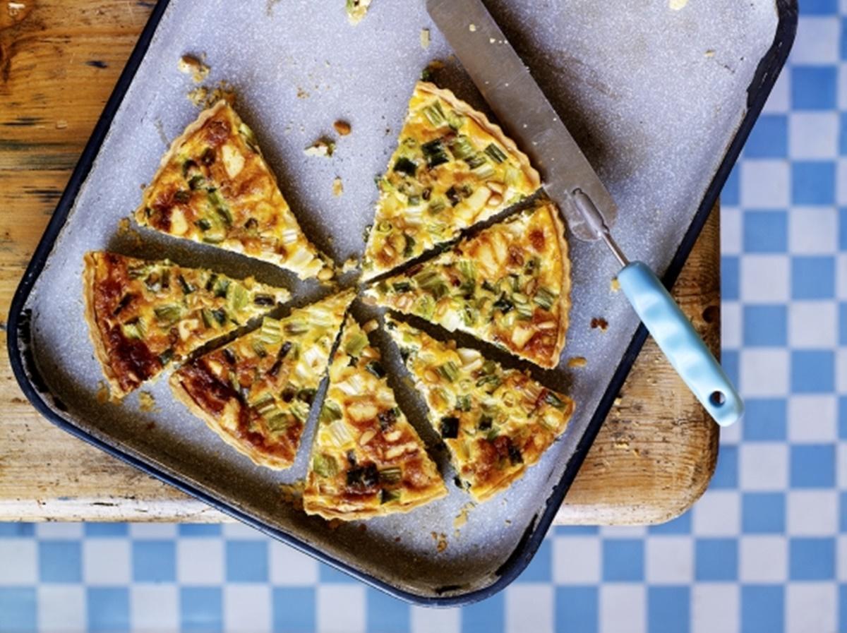 Tarta aperitiv cu ceapa verde și brânză. Un preparat bun de savurat, la orice masă!