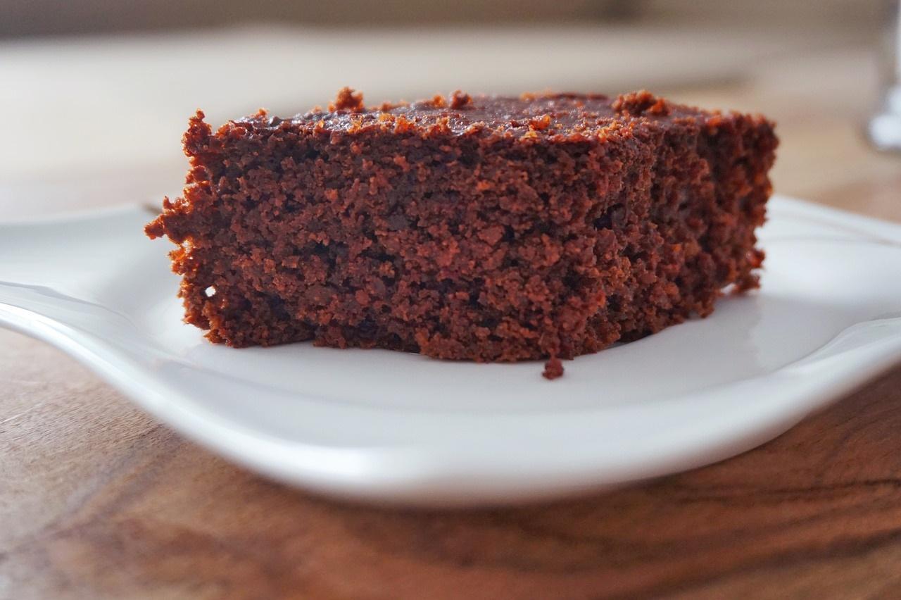 Cea mai populară prăjitură în perioadele de post! Negresă cu gem și nuci, rețetă simplă și delicioasă cu textură umedă și aspectuoasă!