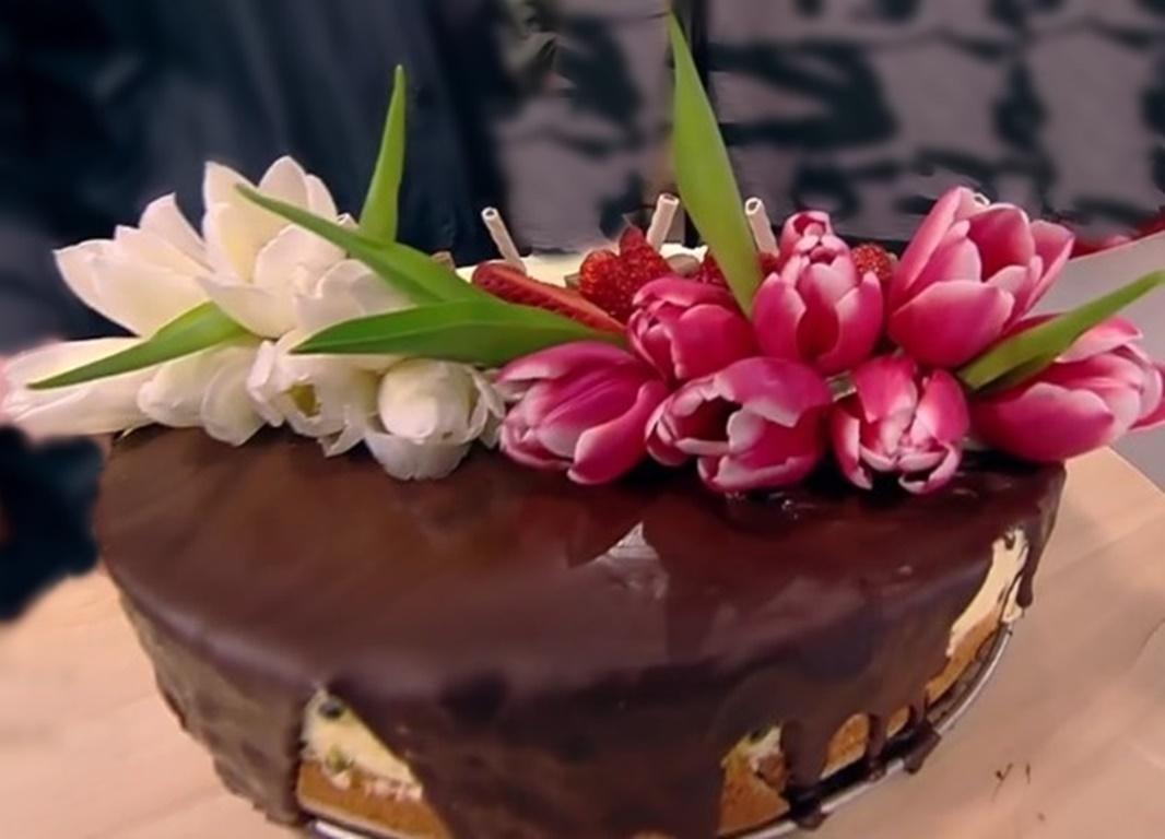 Vrei să-ți impresionezi mama, bunica, prietena, fiica, într-o zi specială? Prepară un tort aromat, cu ciocolată glazurat și cu flori decorat, iar succesul e garantat!