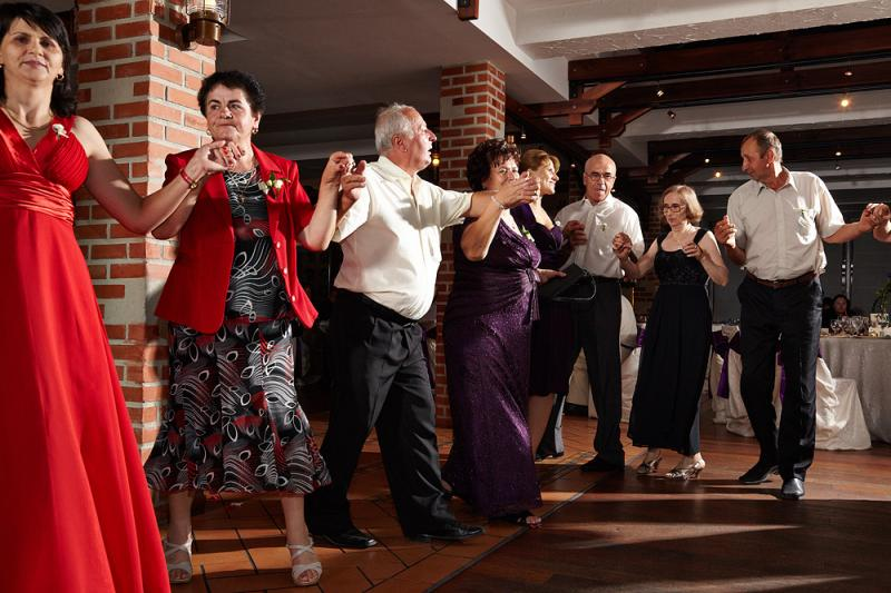 Viral A Luat O Razna La Nuntă O Bătrânică A început Să Danseze La