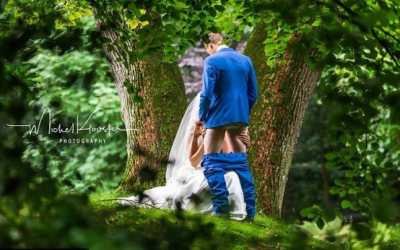 Foto Imaginea De La Nuntă în Care Cei Doi Soți Par Că Fac Amor într