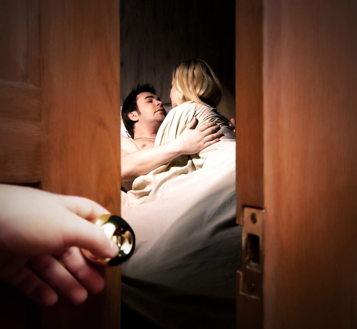 Порно жена изменяет мужу с детьми