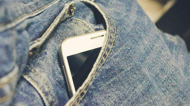 Efecte CUMPLITE! Ce se întâmplă dacă ții telefonul în buzunarul de la pantaloni