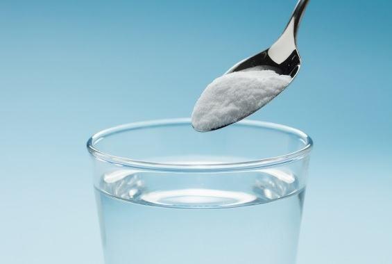 O femeie a pus bicarbonat de sodiu în apă și s-a spălat! Ce a pățit