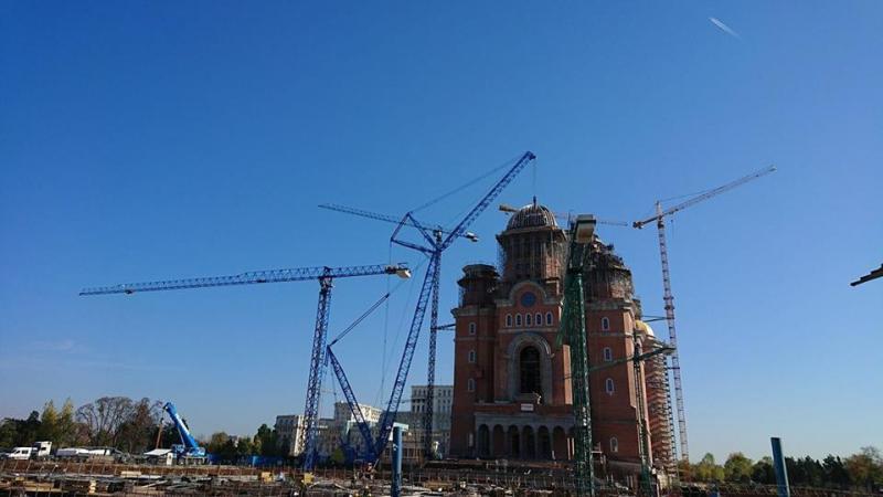 Catedrala Mântuirii Neamului, aproape gata! Ca să monteze turla-clopotniță au dat comandă de o macara de 600 de TONE, înaltă cât aproape patru de blocuri de ZECE etaje! E cea mai mare din țară din acest moment!