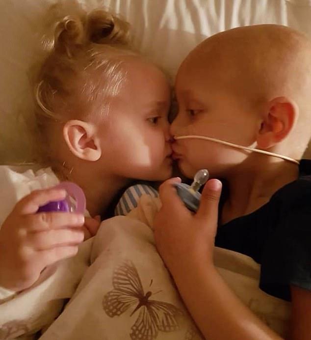 """""""Mami, îmi cer iertare că mor!"""" Cu ultimele puteri, un suflet de 5 ani răpus de cancer i-a cerut iertare mamei că viața lui a costat prea mult"""