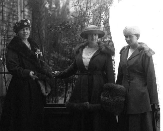 Regina Maria, alături de fiicele ei, Paris, Ritz. Sursă foto: romaniaregală.ro
