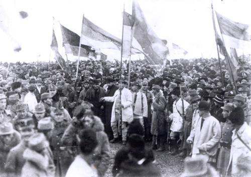 Marea Unire s-a făcut pentru ei! În 1918, românii au venit la Alba Iulia cu mărgele de usturoi la gât. Regina Maria, bolnavă de gripă, a fost la un pas de a rata Unirea