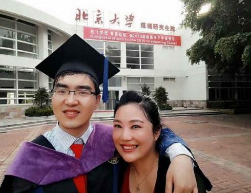 Portret de învingător! Un tânăr s-a născut cu handicap și paralizie cerebrală, dar a devenit student la Harvard