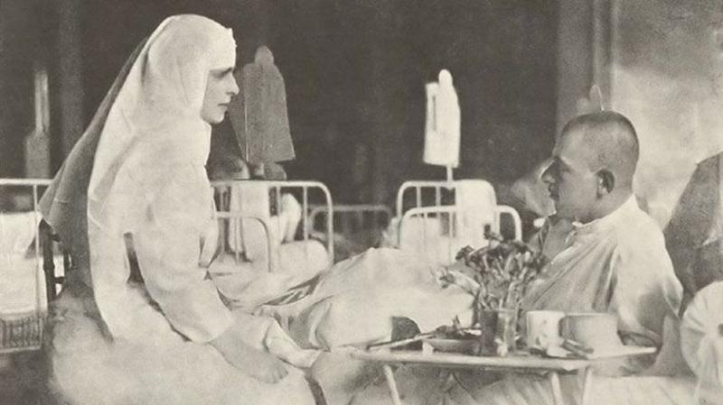 """1917, primăvara exilului. Trei sferturi de țară, sub ocupație germană. Regina Maria: ,,Nu e tocmai frig, dar ninge abundent. Îți simți inima mai grea pe o astfel de vreme"""""""