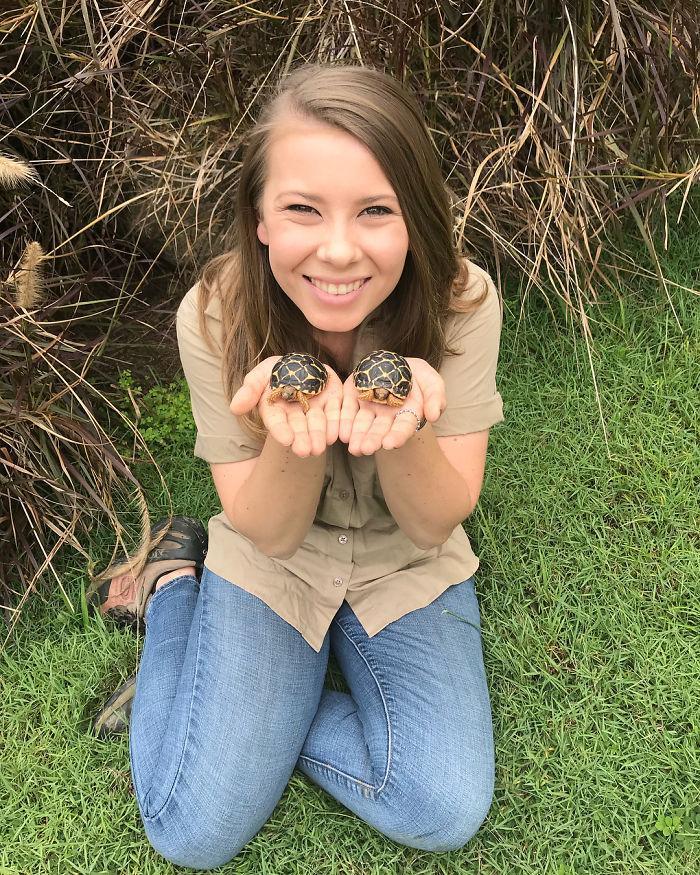O tânără s-a pozat cu o tarantulă pe gât și toți au încremenit! Motivul e incredibil