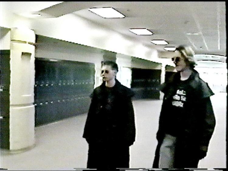 Masacrul de la liceul Columbine! 20 aprilie 1999, ziua în care Statele Unite ale Americii au fost îngenuncheate de durere de doi elevi înarmați cu puști, pistoale și cuțite! 12 elevi și un profesor au fost uciși în mai puțin de o oră