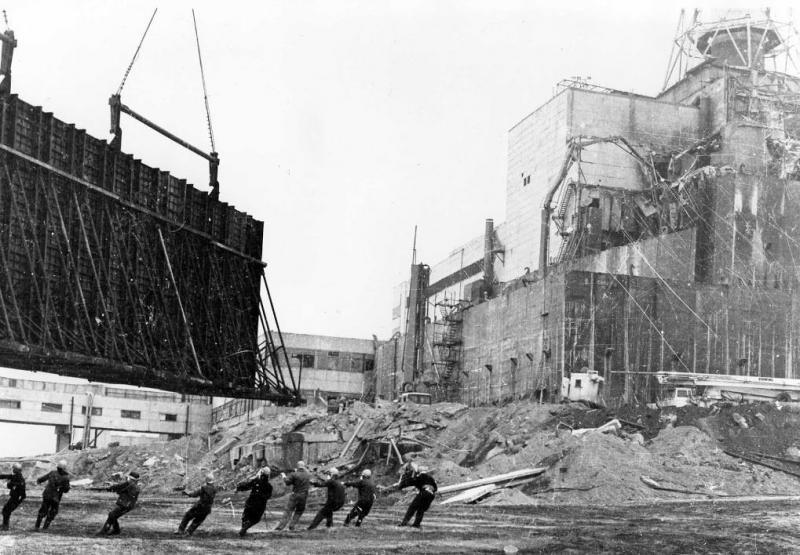 Cernobîl. Zeci de milioane de kilometri pătraţi afectaţi, doze de radiaţii de 13.000 mai puternice. Reactorul nuclear va genera riscuri aproape TREI MILENII! Zona va putea fi locuită abia în anul 4986!!!