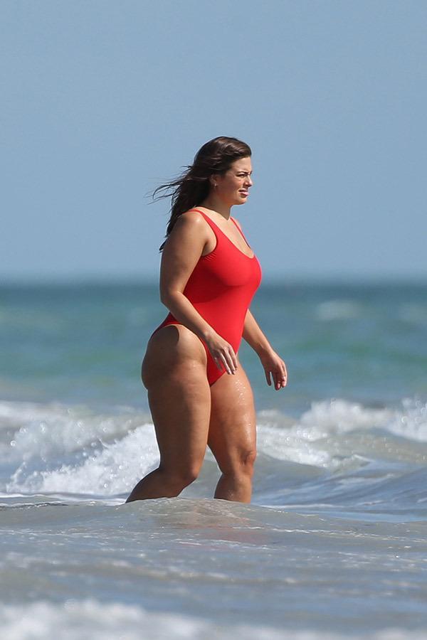 Ashley Graham, cel mai cunoscut fotomodel cu forme, a pozat în ipostaze demne de Baywatch! A fost lăudată și criticată în același timp!