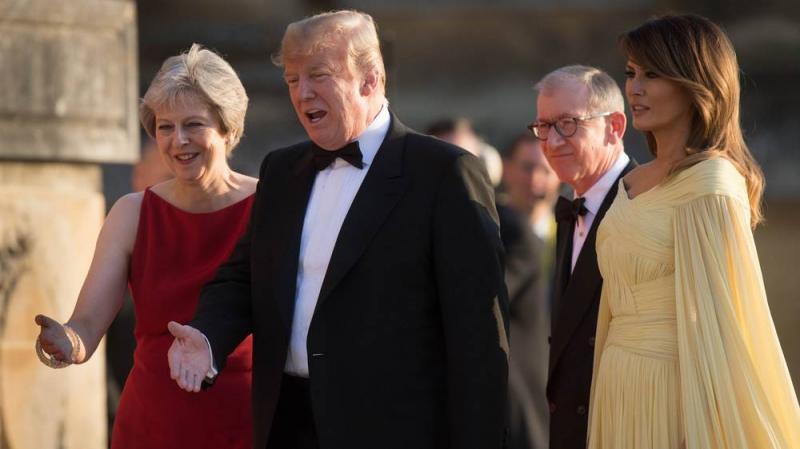 """Trump și Melania, în fața Reginei Elisabeta. Cum s-a îmbrăcat Prima Doamnă a SUA? Ținuta sa face înconjurul lumii: """"Femeia asta..."""""""