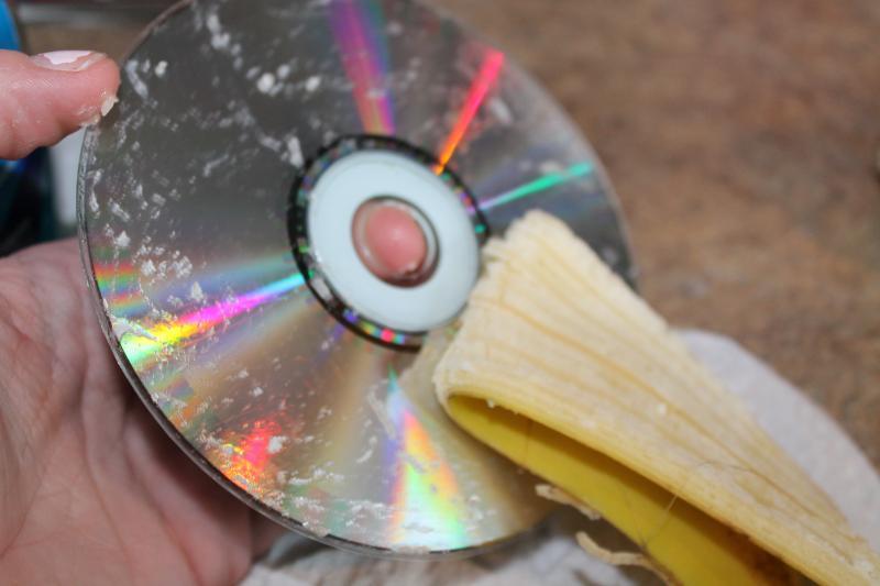 Ce se întâmplă dacă ungi CD-urile cu banană! Efectele se văd imediat!