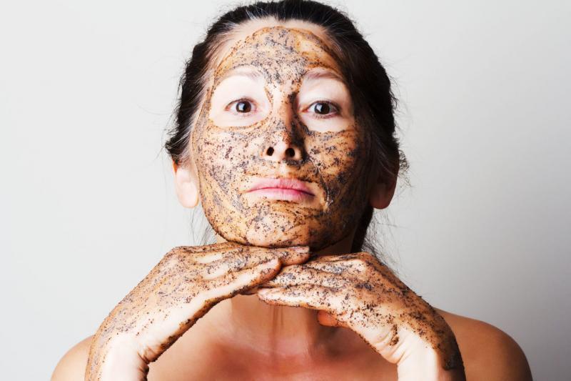 O femeie și-a pus zaț de cafea pe față și apoi a așteptat! Ce s-a întâmplat cu fața ei