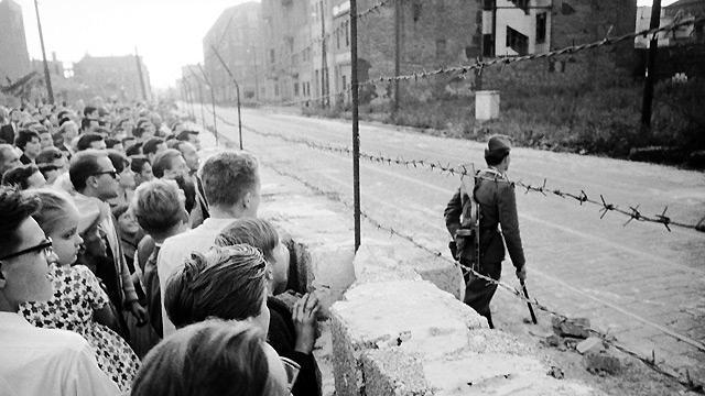 """Est sau Vest? Fotografii cutremurătoare cu ZIDUL BERLINULUI: părinţi separaţi de copii, soţi de şotii, prieteni, vecini… """"Aveam hipotermie şi eram epuizat"""". Mărturiile celor care au trăit să treacă """"graniţa""""!"""