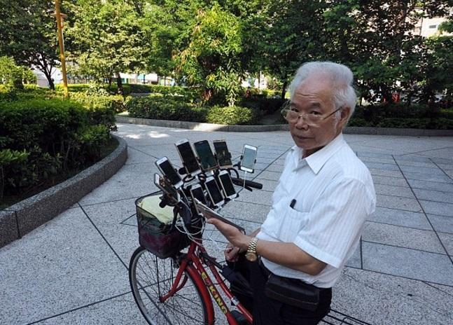 """Un bărbat în vârstă de 70 de ani, DE NEOPRIT la jocul Pokemon Go! Tehnica INCREDIBILĂ pe care o folosește ca să prindă toți pokemonii. """"Mă ajută să lupt împotriva bolii…"""""""