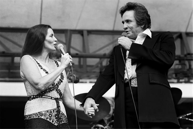 """În urmă cu 15 ani se stingea din viață regele muzicii folk, """"The Man in black"""". Johnny Cash a trăit intens, a fascinat, a iubit și a ales să plece după """"Doamna lui"""""""
