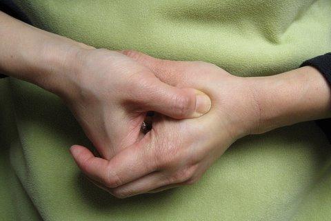 Ce pățești dacă apeși acest punct de pe mână! Efectul se vede imediat