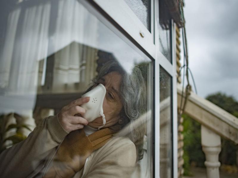 """De 14 ani trăiește într-o cușcă de sticlă, pentru a nu muri infectată. """"Un cartof mi-a distrius viața"""". Femeia care nu se atinge niciodată!"""