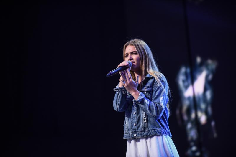 X Factor. Sezonul 8. Ediția 5. După ce juriul s-a certat pe voturi, Brenciu a readus la audiții o concurentă