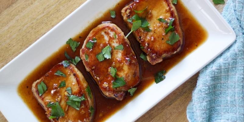Cotlet de porc în sos dulce de soia, cu piure aromat de cartofi! O rețetă gata imediat, cu doar câteva ingrediente!