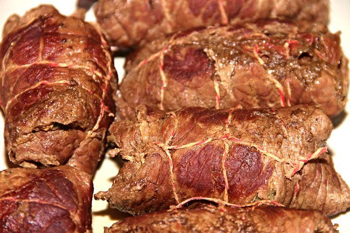 Ruladă din carne de porc cu legume, în sos de roșii
