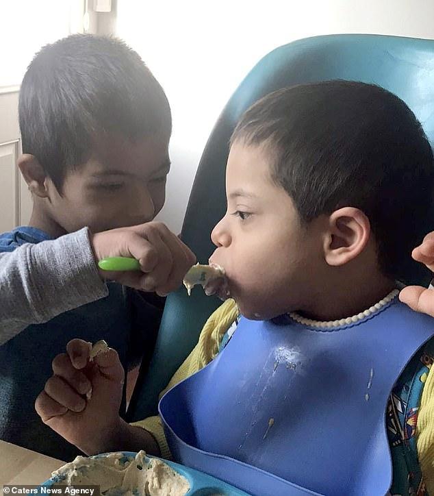 """La patru ani, suferă de sindromul Down, dar își hrănește și îmbracă frățiorii paralizați: """"L-am adoptat fără să știm că și el e bolnav"""""""
