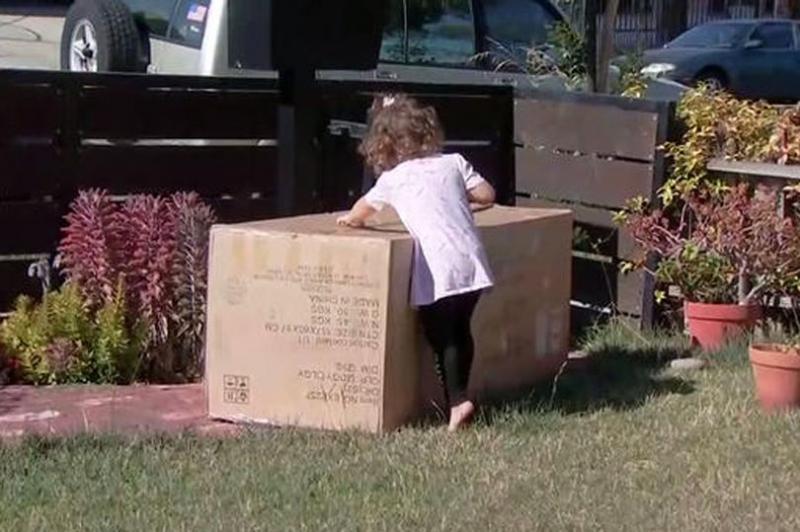 Mama i-a dat fetiței de doi ani telefonul, dar în scurt timp a trăit un șoc! Cine i-a apărut la ușă
